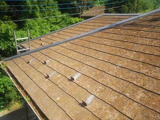 船橋市藤原で行った築30年が経過した化粧スレート屋根調査で塗膜が剥がれ防水性が低下したスレートに苔・藻・カビが発生