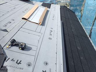 屋根葺き替え工事で軒先から屋根材を設置していきます