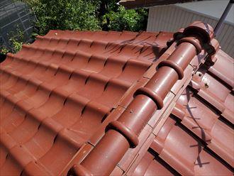 台風15号の強風の影響により鬼瓦と棟瓦を固定する漆喰が剥がれています