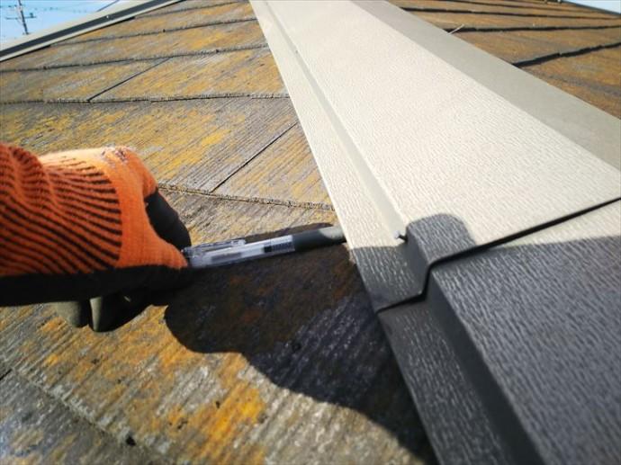 市原市南国分寺で行った屋根調査で棟板金の隙間が拡がり強風などの影響により飛散する危険性があります