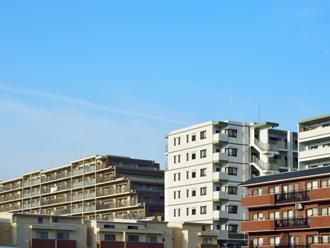 立ち並ぶ陸屋根の建物