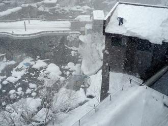 大変危険な雪下ろし