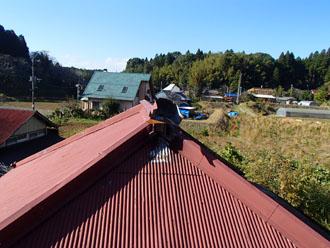 山武郡芝山町山中にて築34年、色褪せ赤錆びた金属波板をガルバリウム鋼板波板への屋根カバー工事で錆防止で長持ち!ビフォー