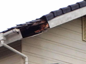 九十九里町作田にて、台風の被害でケラバ瓦が落下!補修工事で痛々しい屋根の破損も元通りビフォー