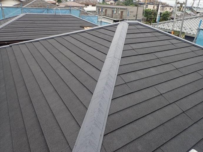 屋根葺き替え工事で棟板金の設置完了