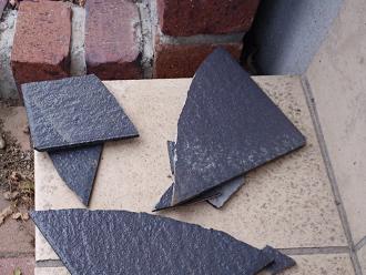 お庭に落ちてしまったスレート屋根