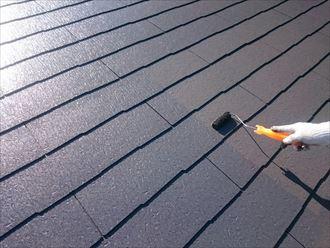 スレート屋根の塗装中