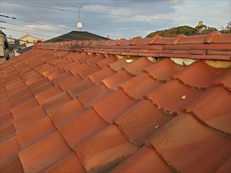 瓦屋根の棟の漆喰が剥がれています