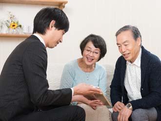 飛び込み業者と話す熟年夫婦