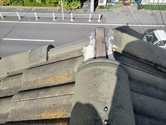 棟瓦と袖瓦が落下し下地材の垂木が露出