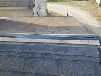 台風の強風の影響で棟板金が飛散し貫板が露出