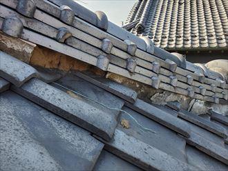 台風15号の強風の影響により棟の漆喰が剥がれて葺き土が露出