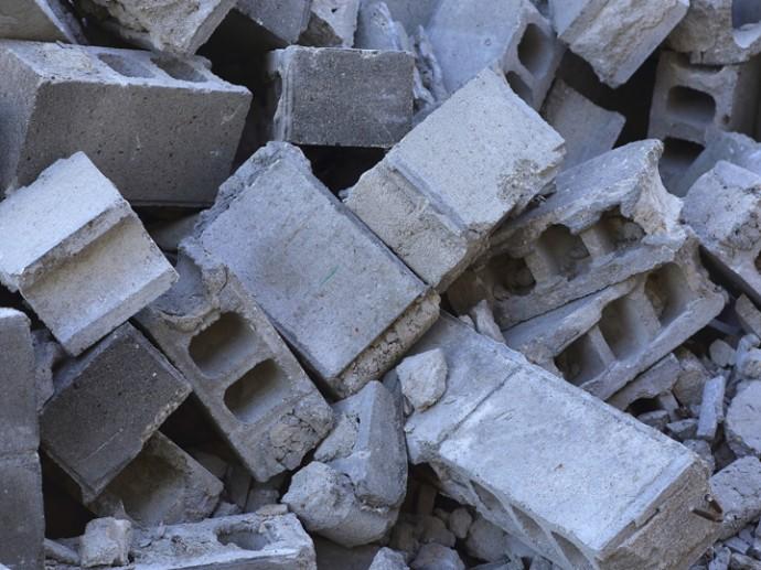 ブロック塀の瓦礫