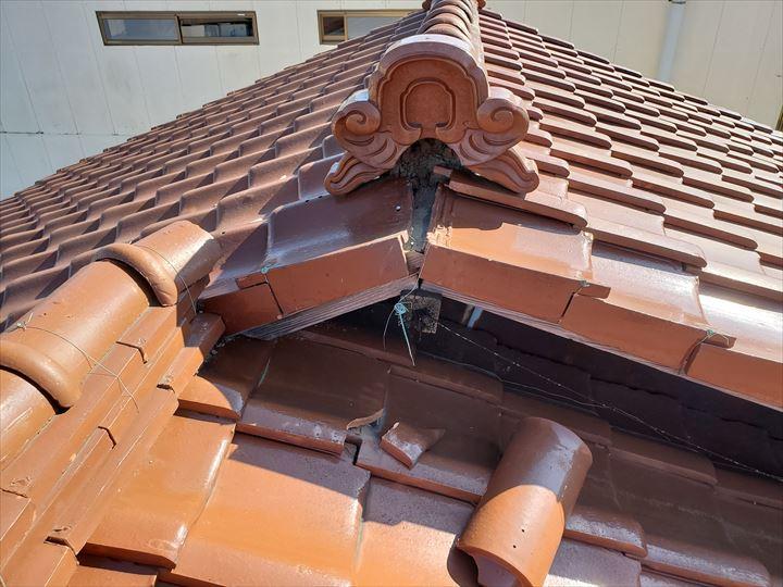 松戸市胡録台で台風15号の強風の影響により瓦屋根の棟の崩れ
