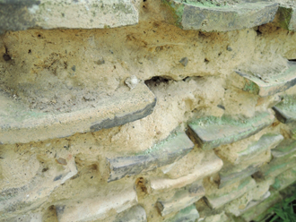 瓦が使われている土塀