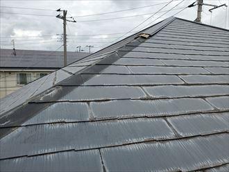 台風15号の強風の影響により隅棟の棟板金が剥がれて落下