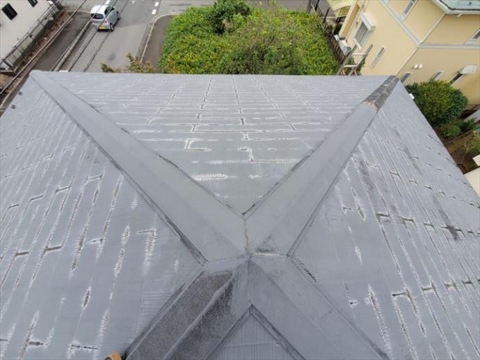 台風15号の強風の影響により寄棟屋根の隅棟の棟板金が飛散