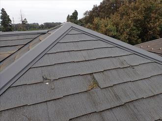 市川市塩焼で行ったコロニアル屋根の調査で屋根材にひび割れや欠けが発生しています