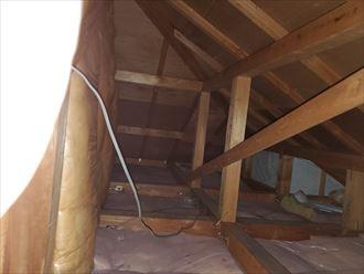 市川市須和田で行った化粧スレート屋根調査で屋根からの雨漏りで野地板に雨染みが出来ています