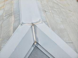 流山市駒木で行ったコロニアル屋根調査で棟板金の継目のコーキング材の劣化