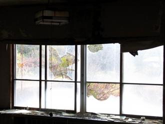 割れて散乱した窓ガラス