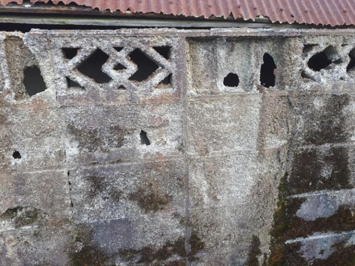 見るからに危険なブロック塀