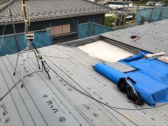 屋根葺き替え工事で新しい防水紙を野地板に敷設
