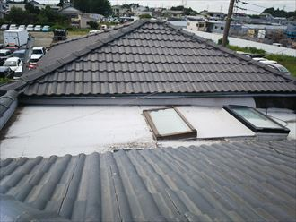 柏市今谷上町で雨漏りしている瓦屋根をディートレーディングのディプロマット(オニキス)で屋根葺き替え工事ビフォー