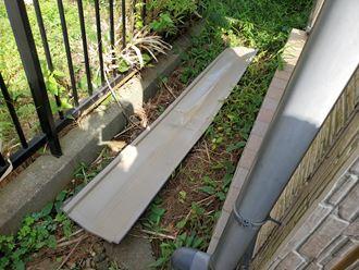 柏市大井で台風15号の影響により棟板金が飛散し落下