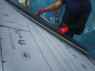 屋根葺き替え工事で役物のケラバ水切りを設置