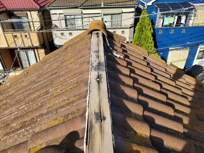 棟瓦が剥がれてしまい下地材の貫板が露出