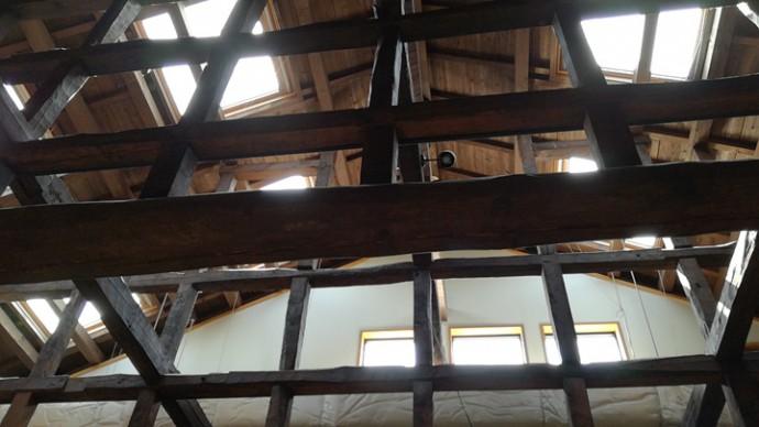 改造された古民家に設けられた天窓