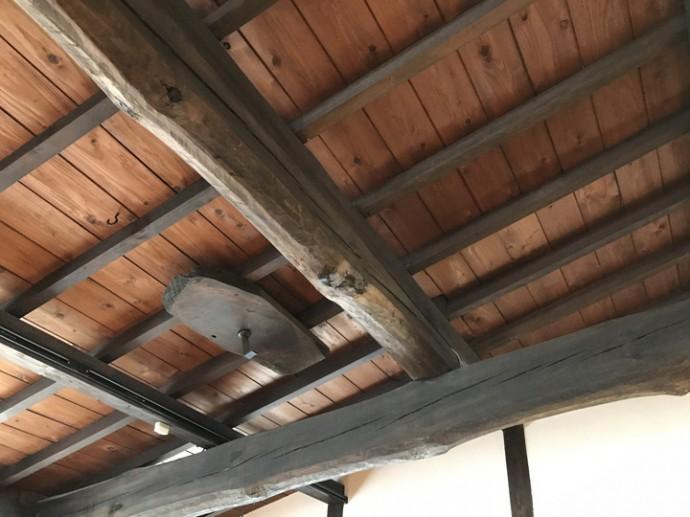 無骨な造りの天井