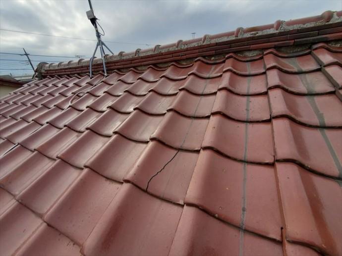 雨漏りが発生した瓦屋根の桟瓦が割れていました
