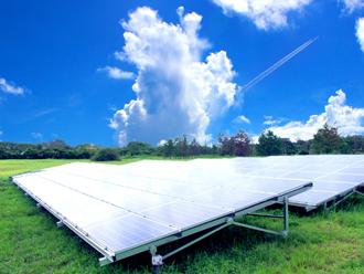 眩しく反射する太陽光発電パネル