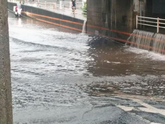 豪雨で冠水した道路