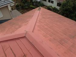 習志野市香澄にて台風で飛散してしまった棟板金を交換工事で改善ビフォー