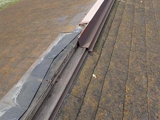 富津市大堀にて飛来物によって破損してしまった棟板金を交換工事で復旧ビフォー