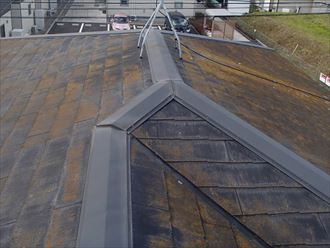 袖ケ浦市長浦駅前で台風被害復旧工事、スーパーガルテクトによる屋根カバー工法で雨漏り改善ビフォー