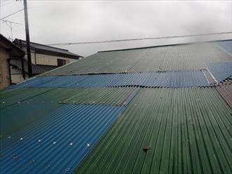 いすみ市大原にて経年劣化によって穴が開いた波板をガルバリウム鋼板製波板による葺き替え工事で改善ビフォー