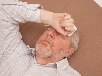 熱中症で休む男性