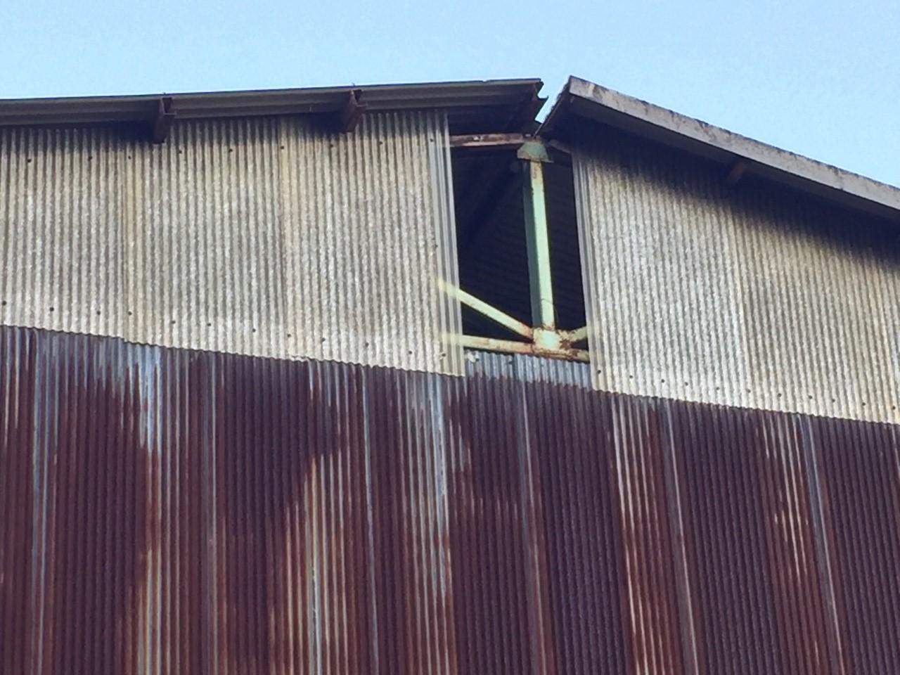 佐倉市|スレート屋根倉庫の棟板金飛散と雨漏り