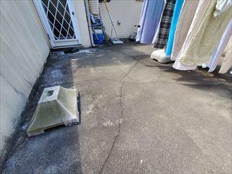 松戸市栗山で行った屋上陸屋根調査で床面にひび割れ