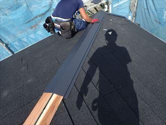 屋根葺き替え工事で棟板金設置