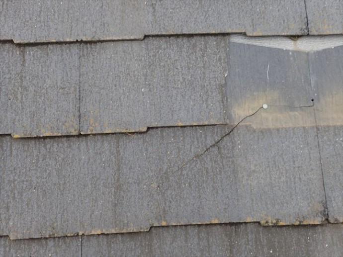 市川市塩焼で行ったコロニアル屋根の調査で雨漏りに繋がる屋根材を留めている釘の露出