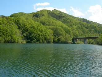 多くの水を貯えたダム