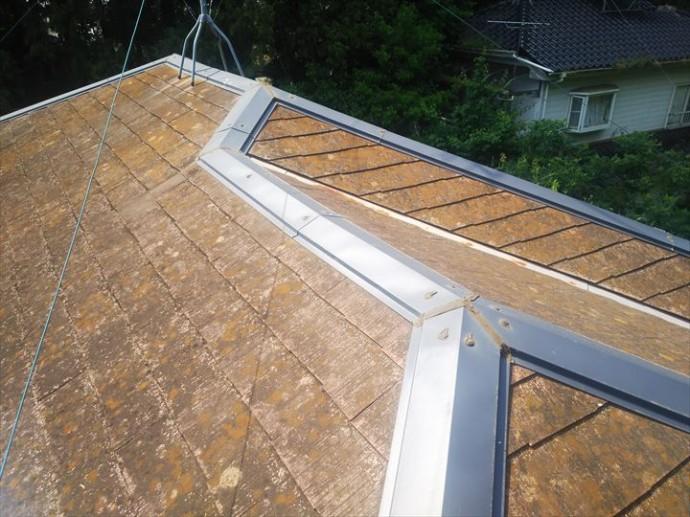 松戸市八ケ崎で行ったスレート屋根調査で棟板金が脳天打ちをされています