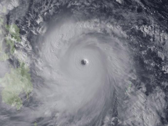 目のはっきりした巨大台風