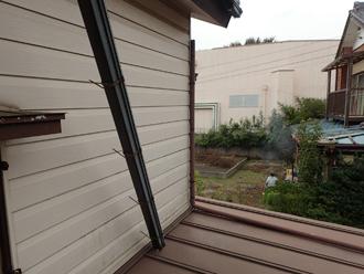 下屋にのぼって雨樋点検