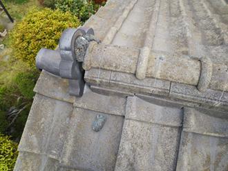 鬼瓦から剥がれて屋根の上に転がっている漆喰